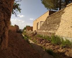 دیوار مدرسه شهید مددی فیروزآباد اشکذر که بیش از سه ماه افتاده است